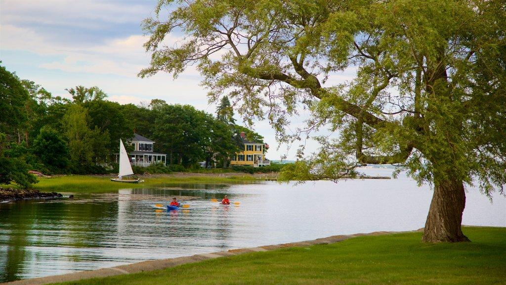 Cape Porpoise que incluye un río o arroyo y kayak o canoa y también una pareja
