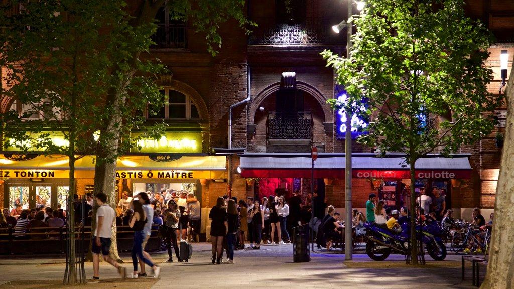 Toulouse ofreciendo escenas nocturnas y vida nocturna y también un gran grupo de personas