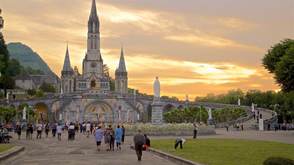 Lourdes - Tarbes que incluye patrimonio de arquitectura, una iglesia o catedral y una puesta de sol