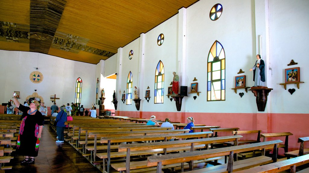 Isle of Pines que incluye una iglesia o catedral y vistas interiores y también un pequeño grupo de personas