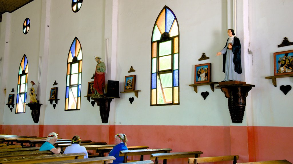 Isle of Pines ofreciendo una iglesia o catedral y vistas interiores y también un pequeño grupo de personas