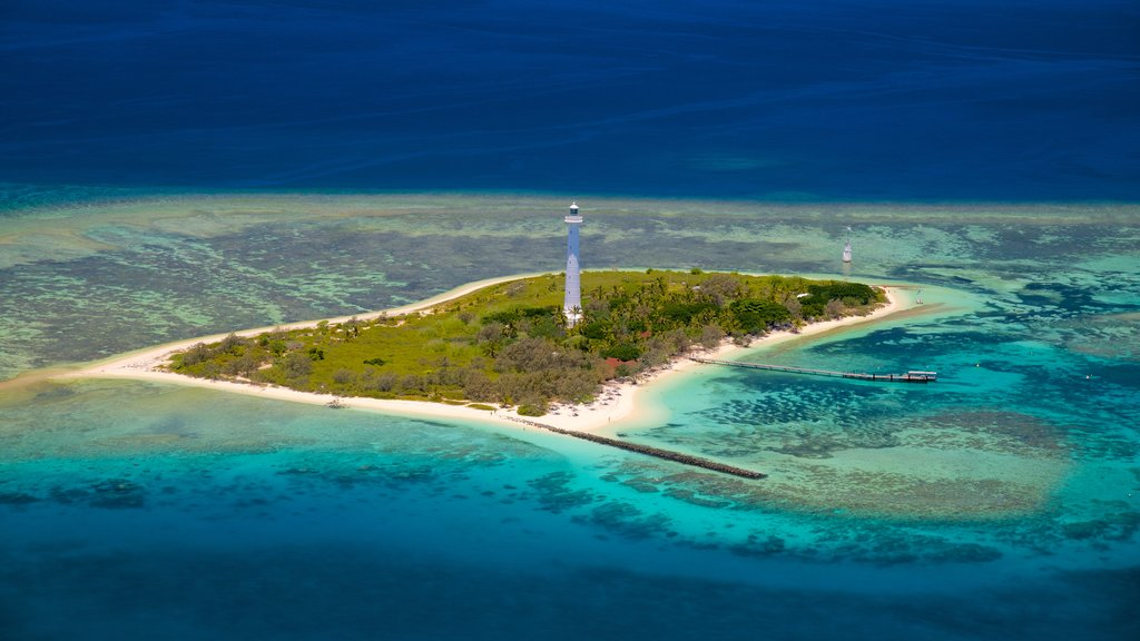 Numea que incluye un faro, vistas de una isla y escenas tropicales