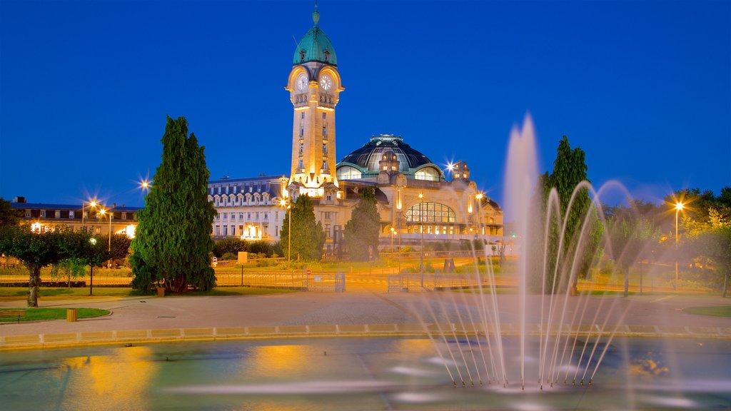 Gare de Limoges ofreciendo escenas nocturnas, un estanque y una fuente