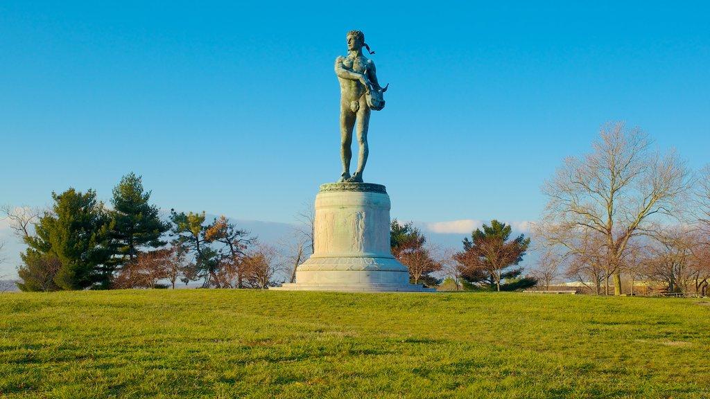 Fort McHenry mostrando un jardín, un monumento y vistas de paisajes