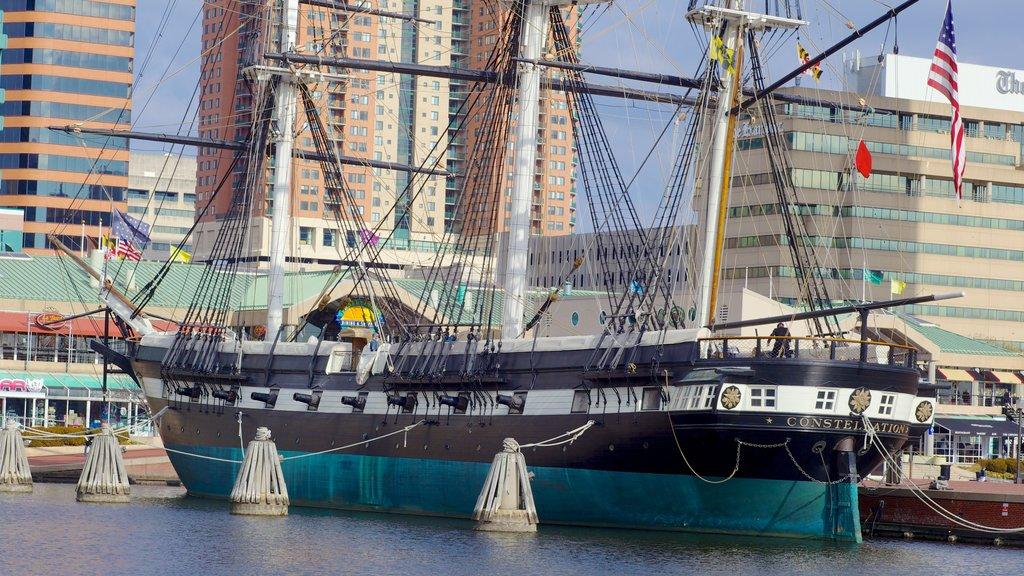 USS Constellation ofreciendo navegación, una bahía o puerto y una marina