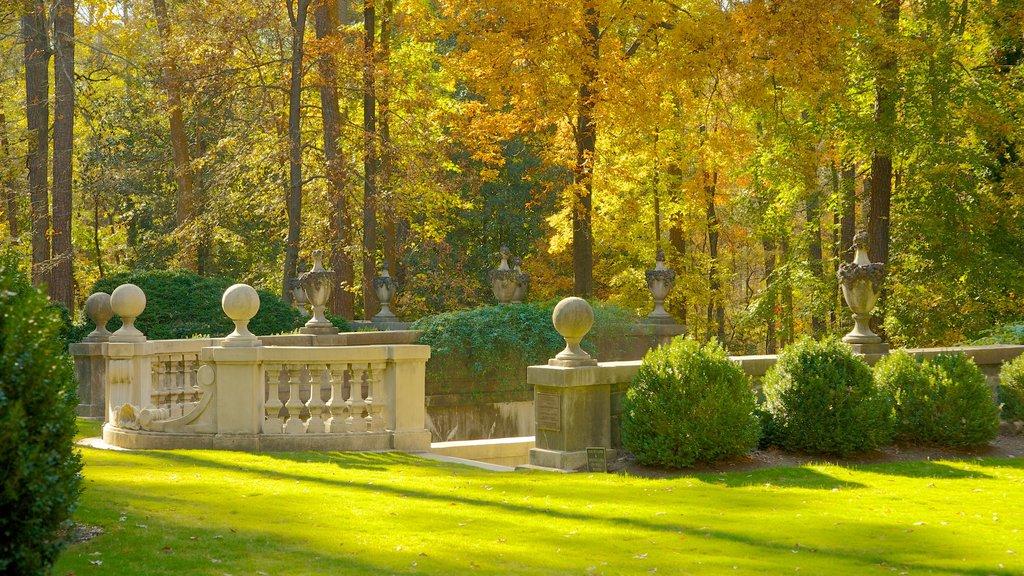 Centro histórico de Atlanta ofreciendo vistas de paisajes, los colores del otoño y un jardín