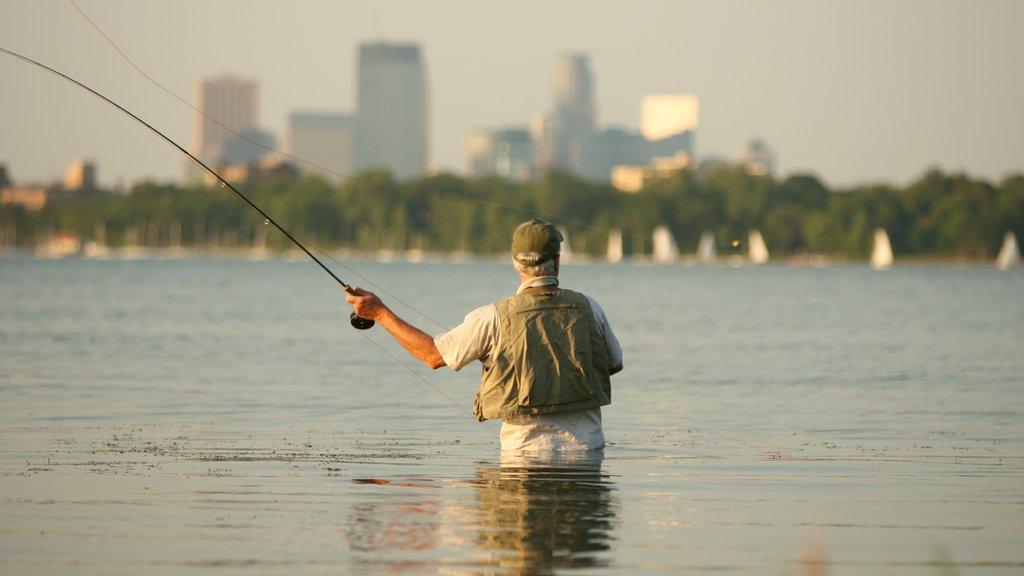 Lake Calhoun que incluye un lago o abrevadero, una playa de arena y pesca