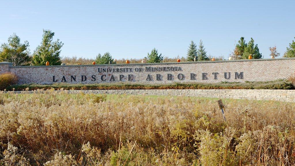 Minnesota Landscape Arboretum ofreciendo vistas de paisajes y señalización