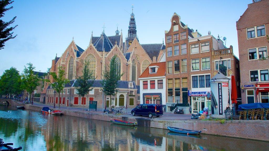Barrio rojo mostrando un río o arroyo, una iglesia o catedral y escenas urbanas