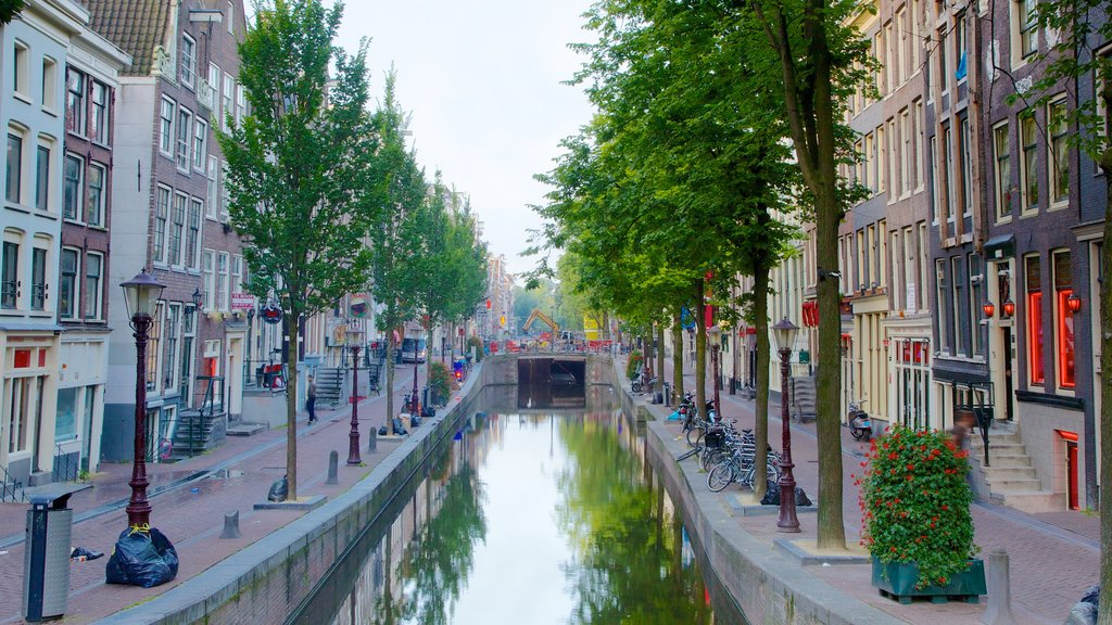 Barrio rojo que incluye una ciudad, escenas urbanas y un río o arroyo
