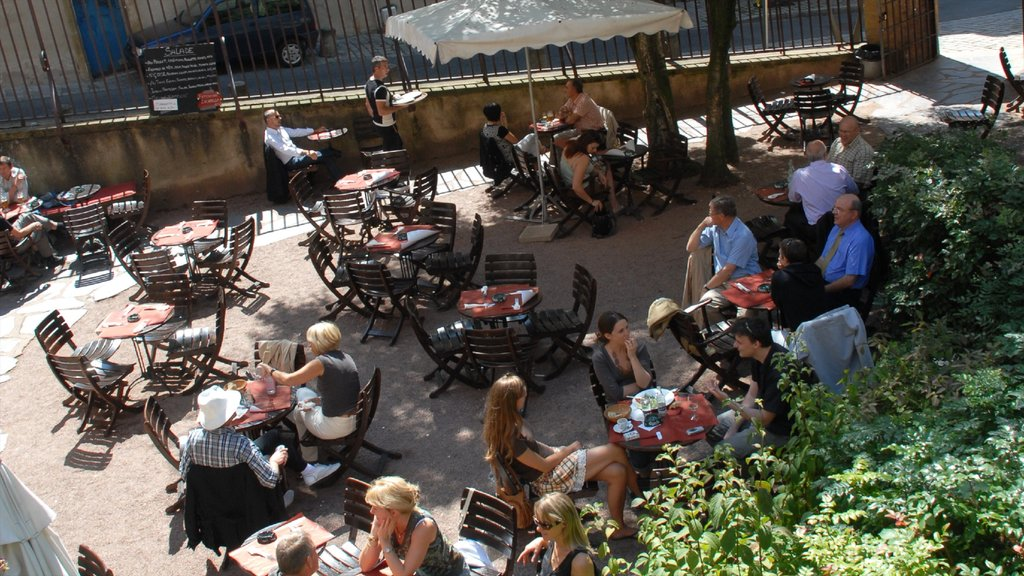 Metz featuring cafe lifestyle as well as a large group of people
