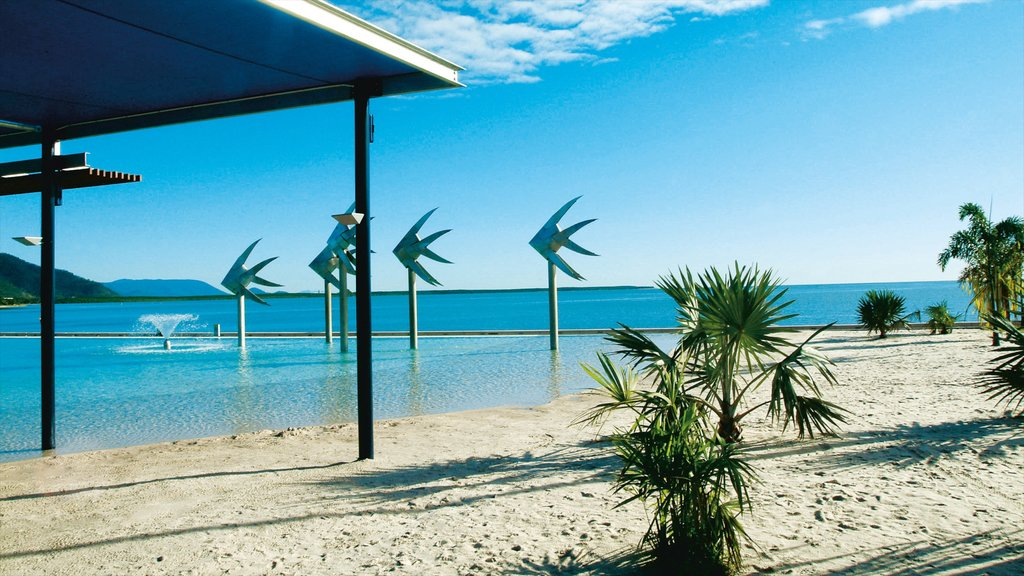 Cairns Esplanade que incluye escenas tropicales, una playa de arena y vistas generales de la costa