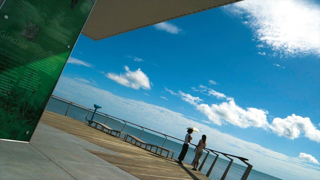 Cairns Esplanade que incluye señalización, vistas generales de la costa y vistas