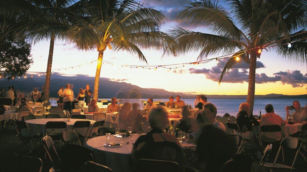Port Douglas ofreciendo una puesta de sol, salir a cenar y escenas tropicales