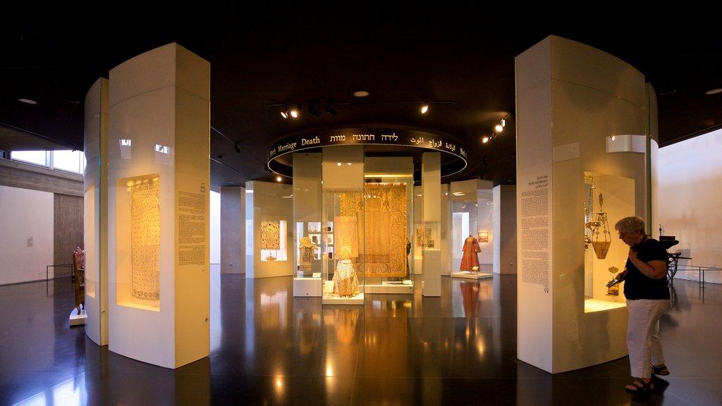 Museo de Israel ofreciendo vistas interiores y también una mujer