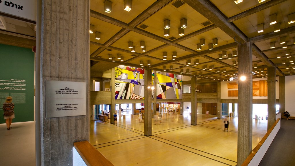 Museo de arte de Tel Aviv mostrando arte y vistas interiores y también un pequeño grupo de personas