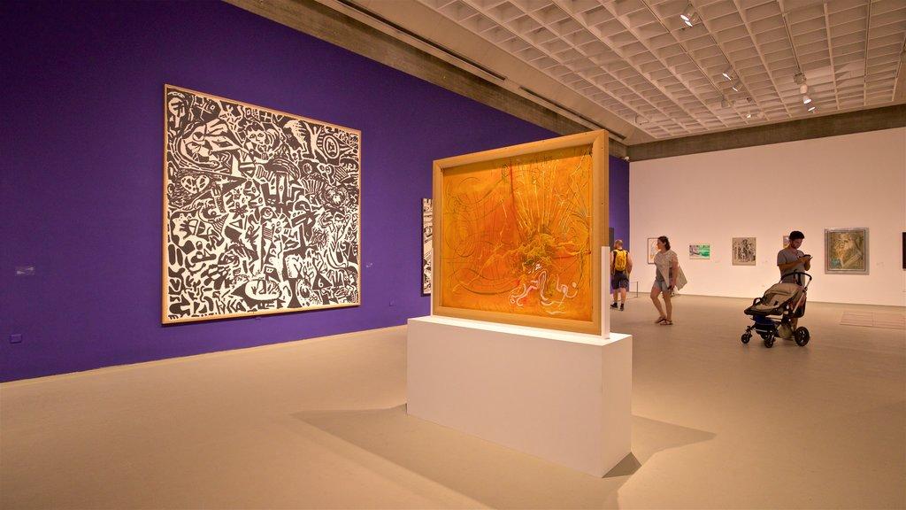 Museo de arte de Tel Aviv mostrando vistas interiores y arte y también un pequeño grupo de personas