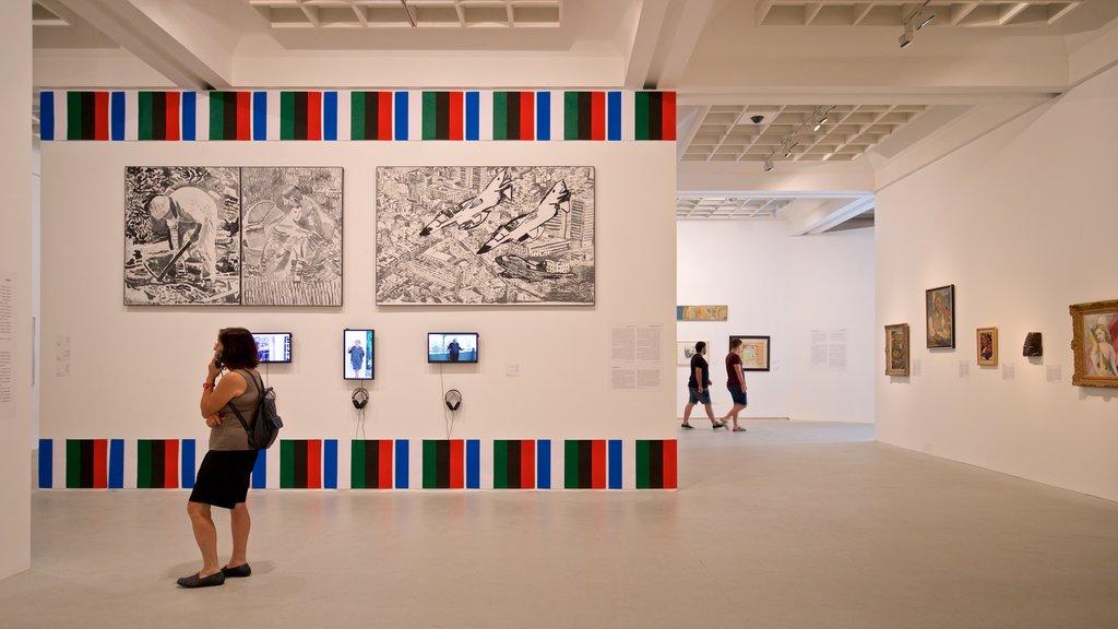Museo de arte de Tel Aviv ofreciendo vistas interiores y arte y también una mujer