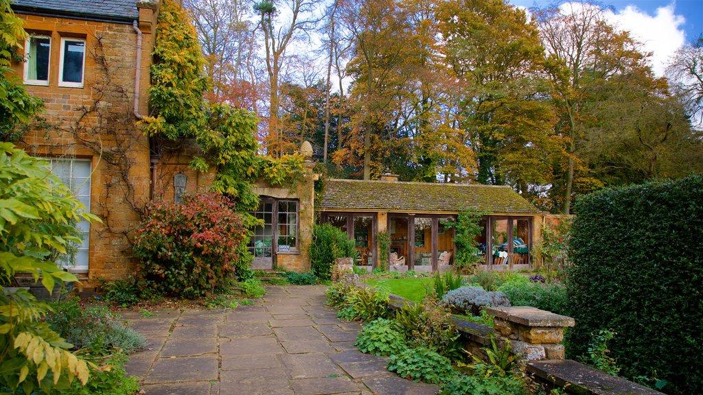 Coton Manor Gardens showing a house and a garden
