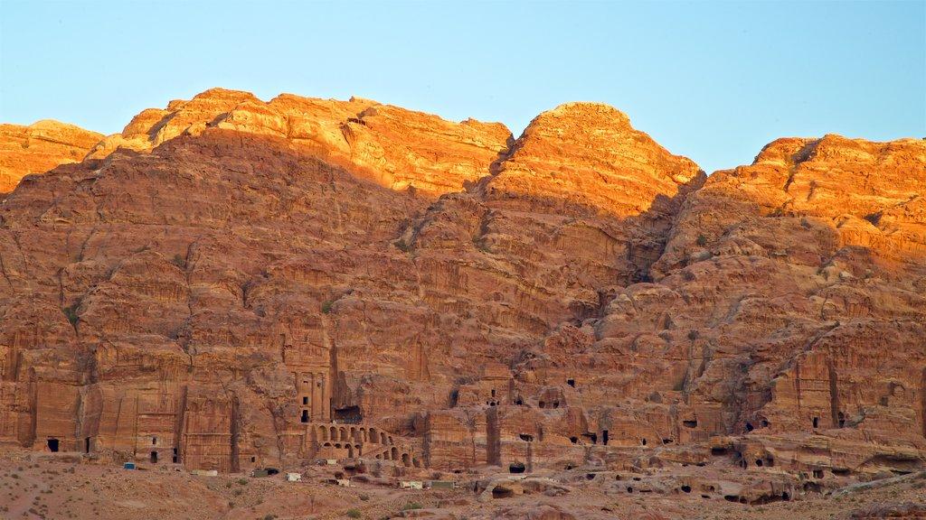 Petra que incluye un barranco o cañón, una puesta de sol y una ruina