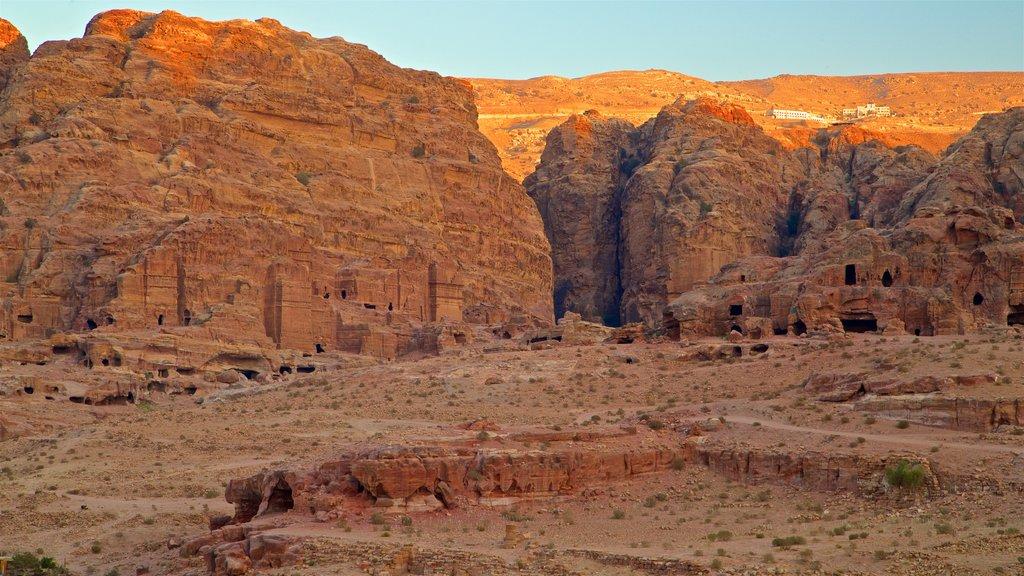 Petra mostrando una puesta de sol, vistas de paisajes y una ruina