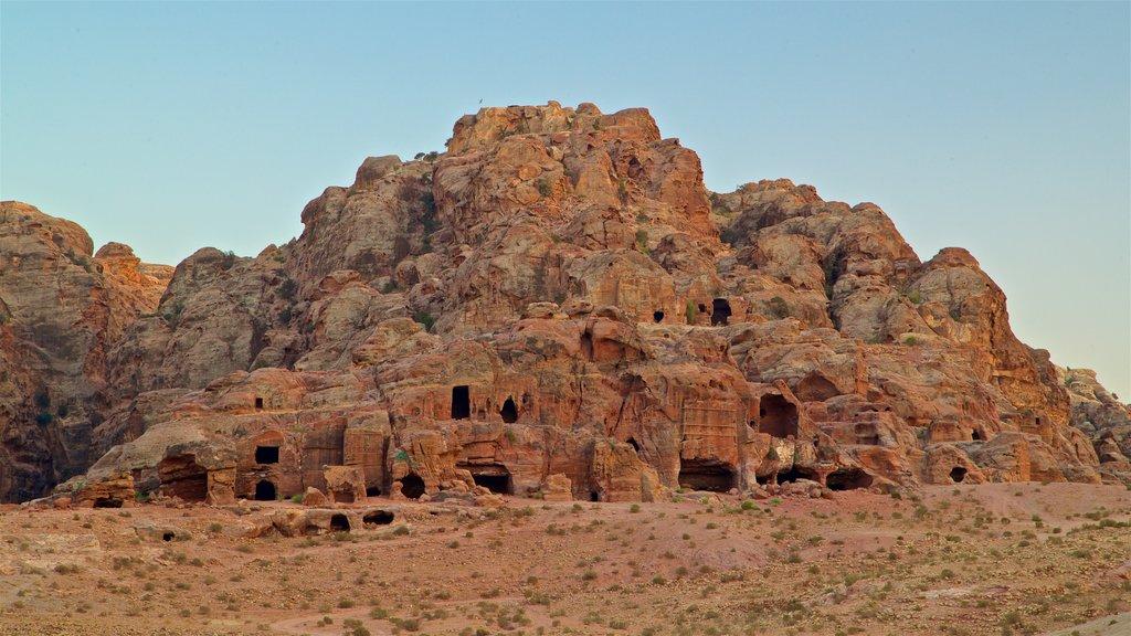 Petra ofreciendo vistas de paisajes, un barranco o cañón y una ruina