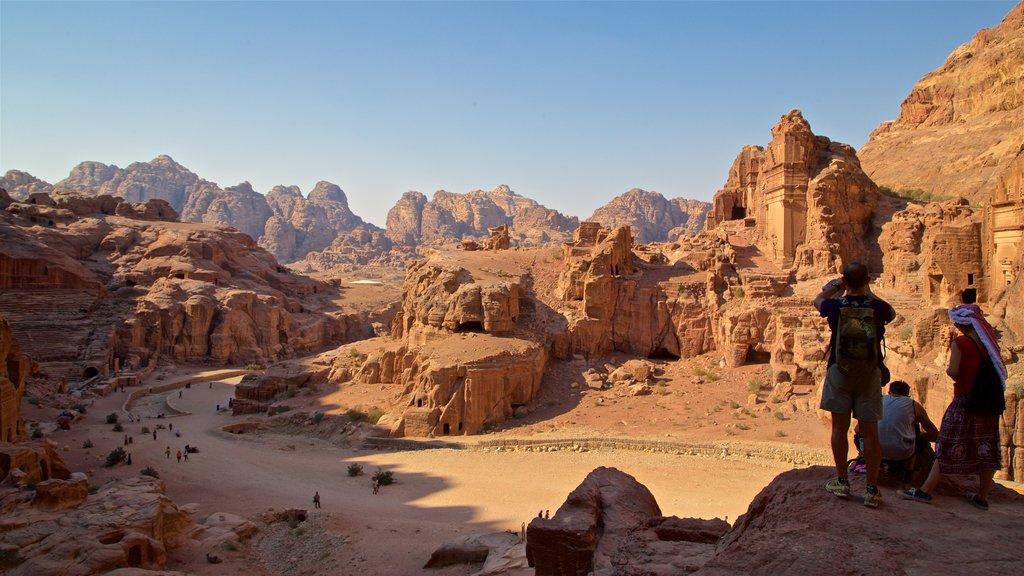 Petra mostrando ruinas de edificios, un barranco o cañón y vistas de paisajes
