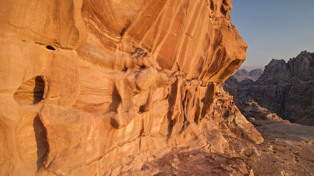 Petra mostrando un barranco o cañón