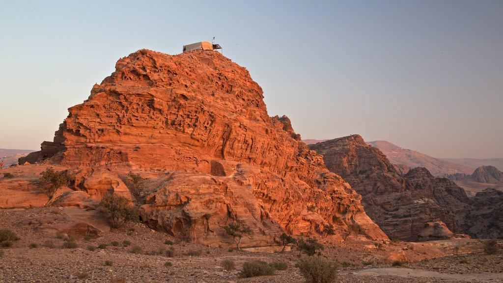 Petra que incluye una puesta de sol, vistas de paisajes y un barranco o cañón