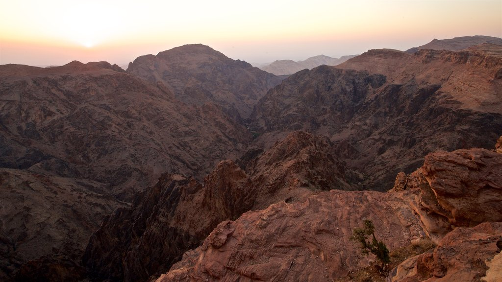 Petra ofreciendo una puesta de sol, un barranco o cañón y vistas de paisajes