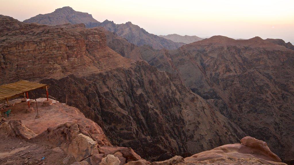 Petra que incluye una puesta de sol, un barranco o cañón y vistas de paisajes