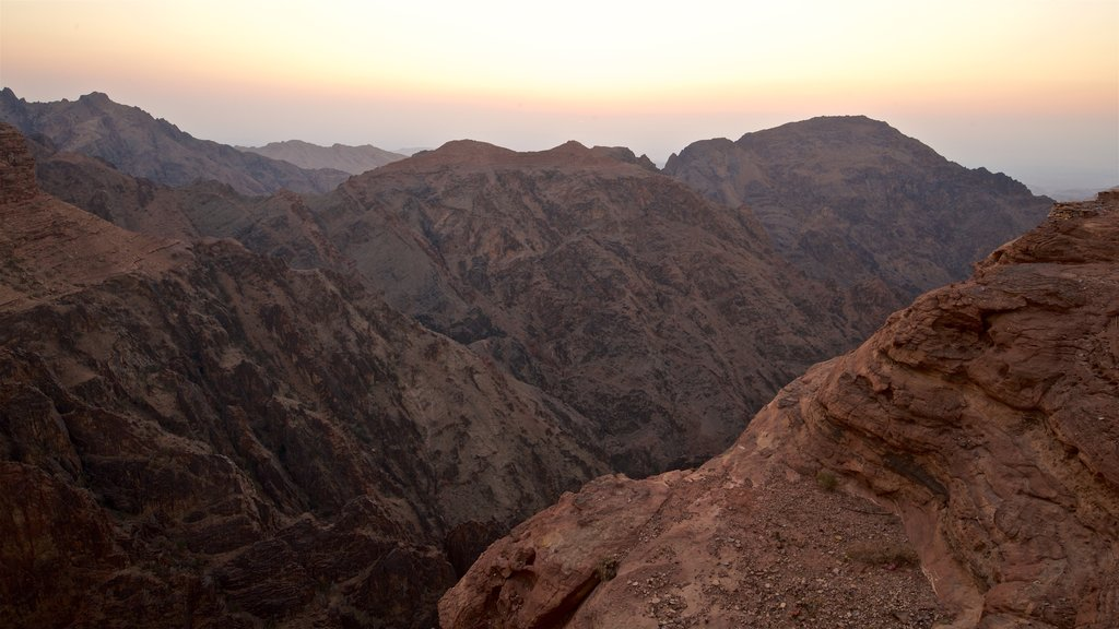 Petra mostrando un barranco o cañón, una puesta de sol y vistas de paisajes