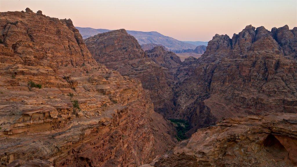 Petra mostrando una puesta de sol, vistas de paisajes y un barranco o cañón