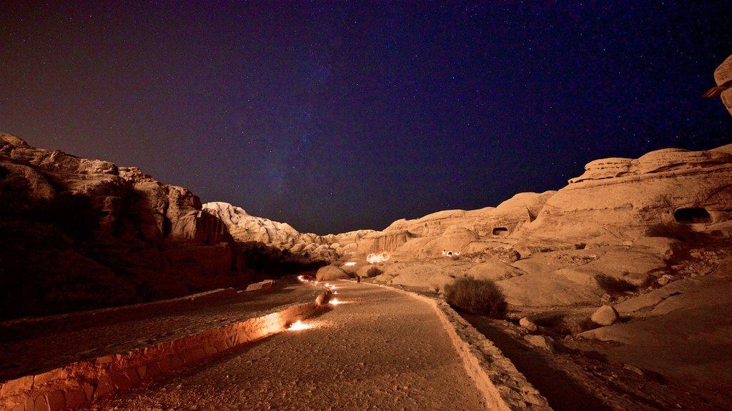 Petra que incluye un barranco o cañón, auroras boreales y vistas de paisajes