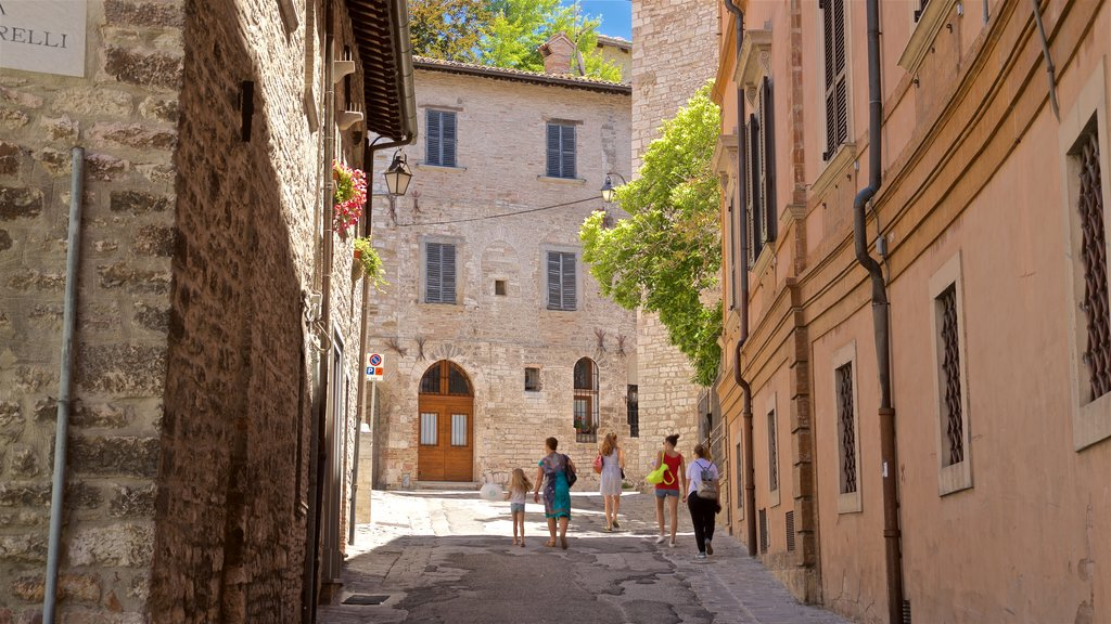 Gubbio showing street scenes as well as a family