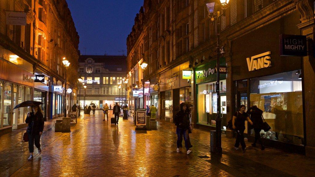 Reading ofreciendo escenas nocturnas y escenas urbanas y también un pequeño grupo de personas
