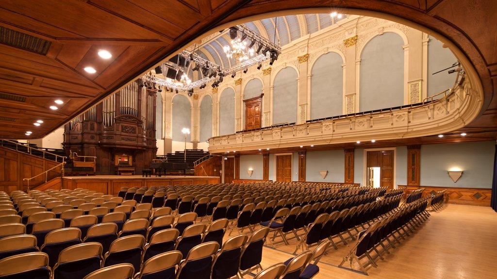 Museo y Ayuntamiento de Reading que incluye elementos del patrimonio, vistas interiores y escenas de teatro