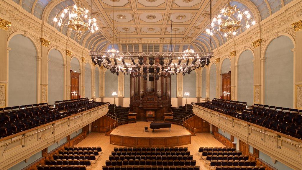 Museo y Ayuntamiento de Reading mostrando vistas interiores, escenas de teatro y elementos del patrimonio