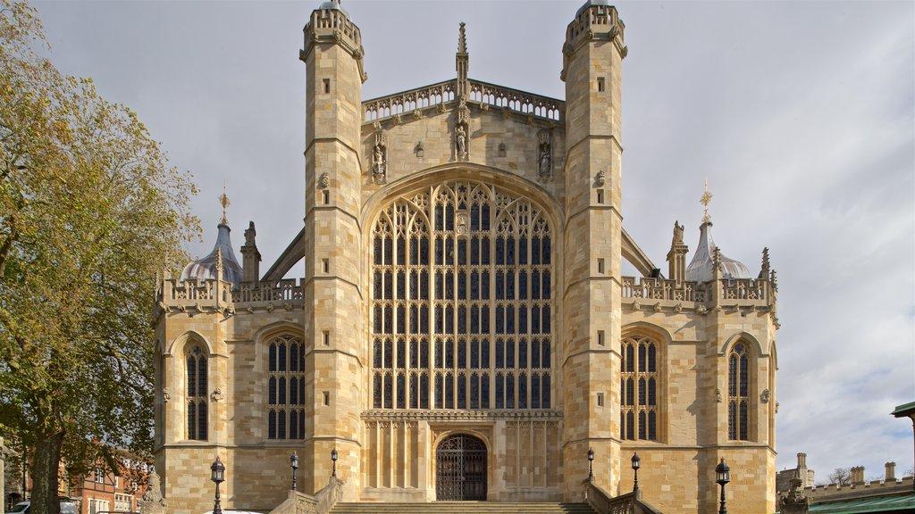 Capilla de San Jorge que incluye patrimonio de arquitectura y una iglesia o catedral