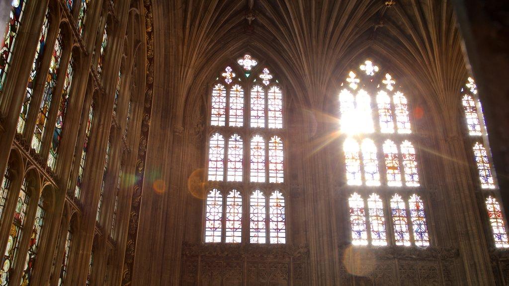 Capilla de San Jorge ofreciendo vistas interiores, elementos del patrimonio y una iglesia o catedral