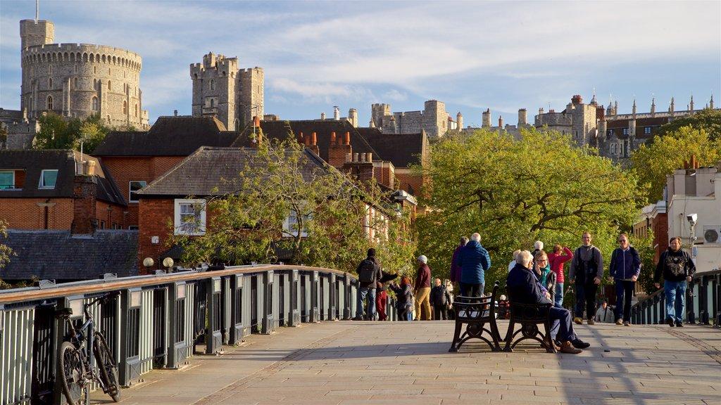 Windsor ofreciendo un puente y también un pequeño grupo de personas