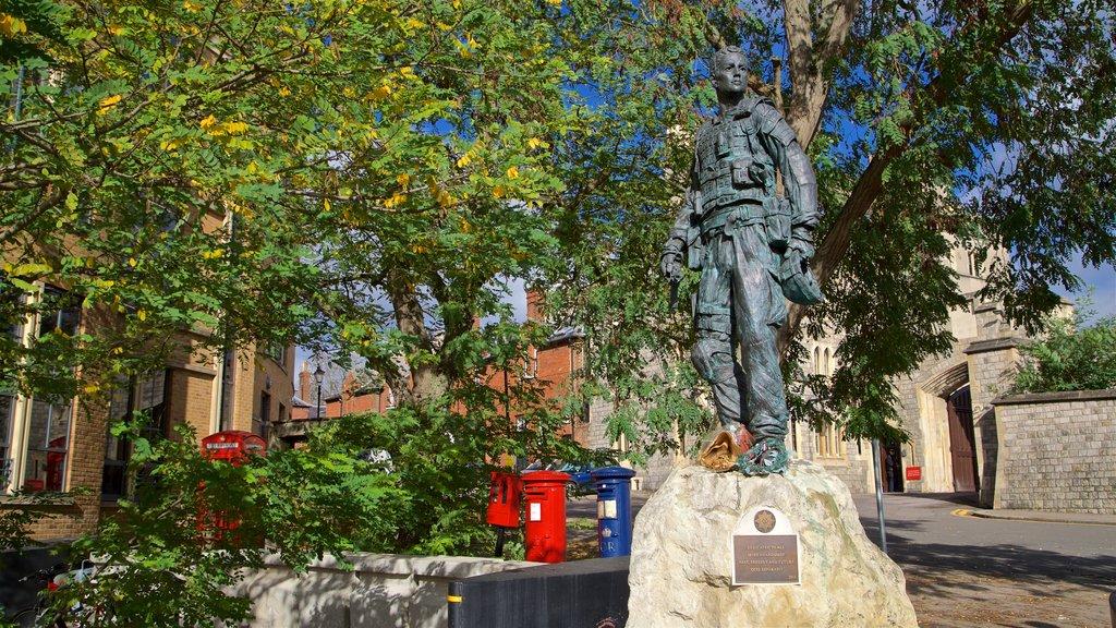 Windsor ofreciendo una estatua o escultura y un jardín