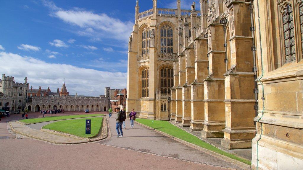 Capilla de San Jorge ofreciendo patrimonio de arquitectura y también un pequeño grupo de personas