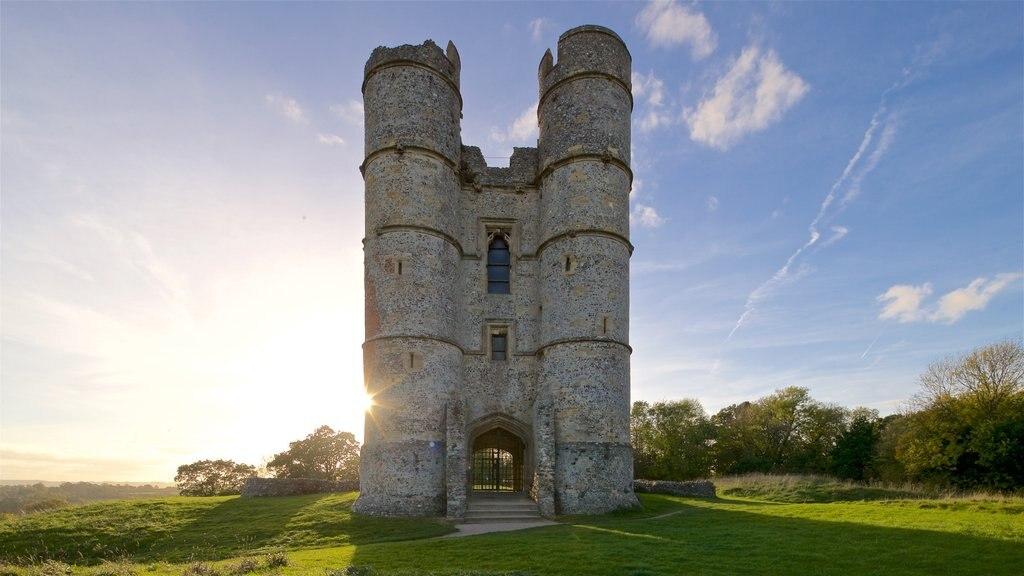 Donnington Castle mostrando patrimonio de arquitectura, vistas de paisajes y una puesta de sol