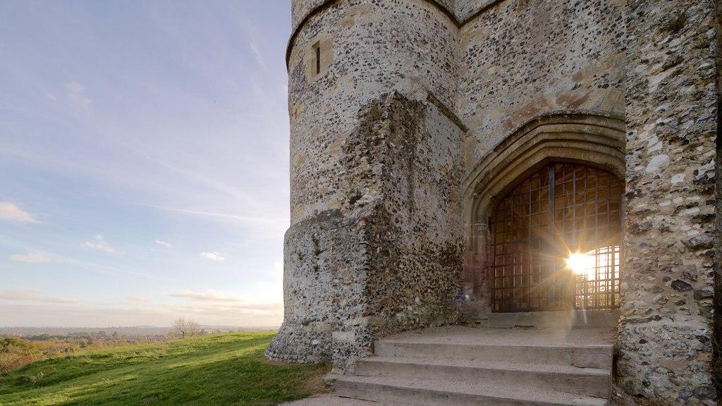 Donnington Castle que incluye elementos del patrimonio, ruinas de edificios y una puesta de sol