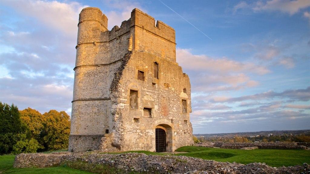 Donnington Castle que incluye patrimonio de arquitectura, vistas de paisajes y ruinas de edificios