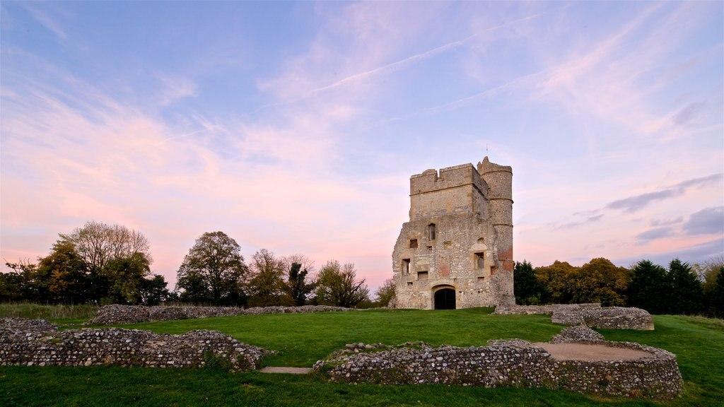 Donnington Castle que incluye patrimonio de arquitectura, una puesta de sol y vistas de paisajes