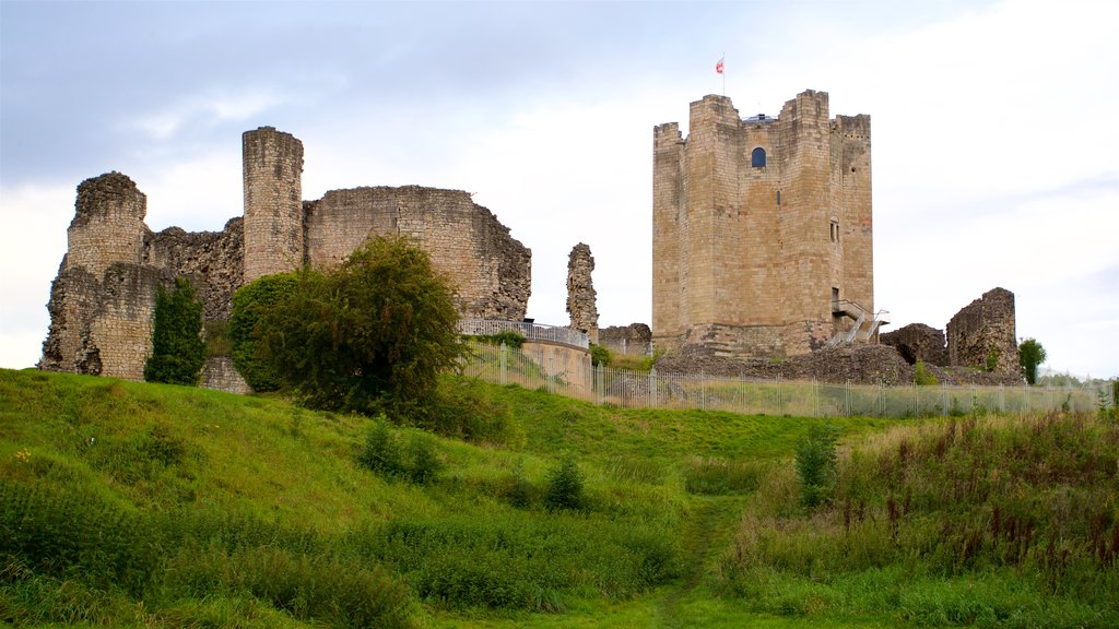 Conisbrough Castle showing a castle and a ruin