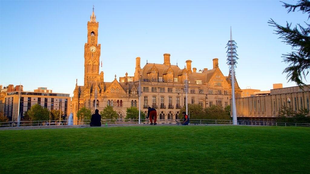 Ayuntamiento de Bradford ofreciendo un parque, una puesta de sol y patrimonio de arquitectura