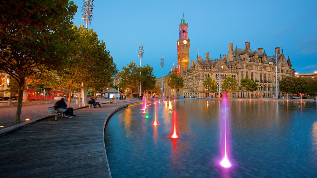 Ayuntamiento de Bradford mostrando escenas nocturnas, una fuente y patrimonio de arquitectura